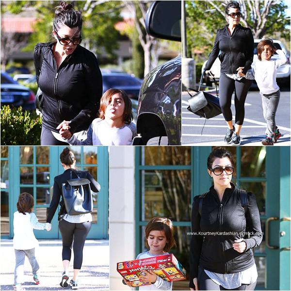 07/03/2015 : Kourtney se rendant avec son fils Mason chez Barnes & Noble à Calabasas.