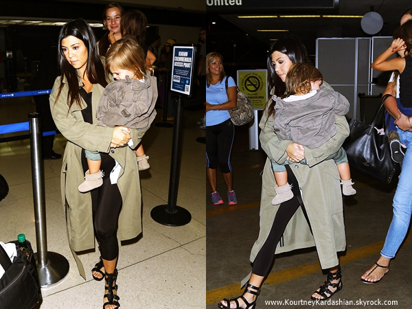 16/08/2014 : Kourtney et ses deux enfants arrivant à l'aéroport JFK à NYC.
