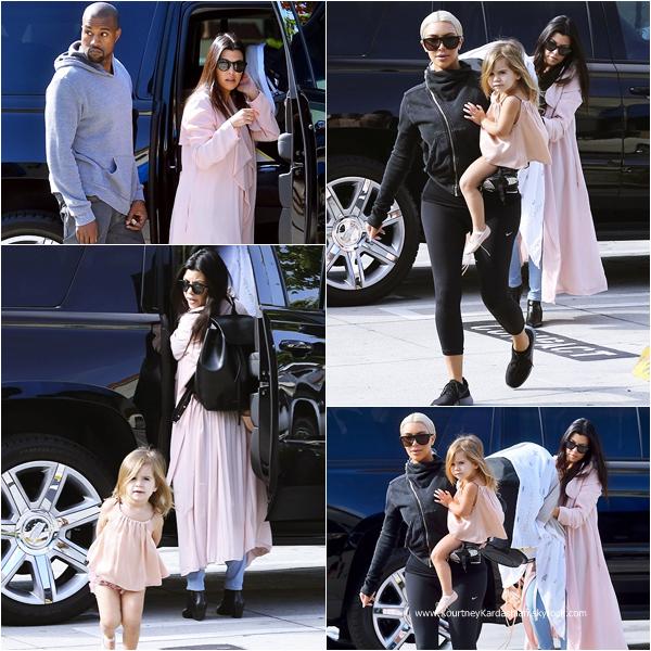 19/03/2015 : Kourtney accompagnée de sa fille Penelope, de son fils Reign Aston, de Kim et de Kanye arrivant aux Miss Melodee Studios à Tarzana.