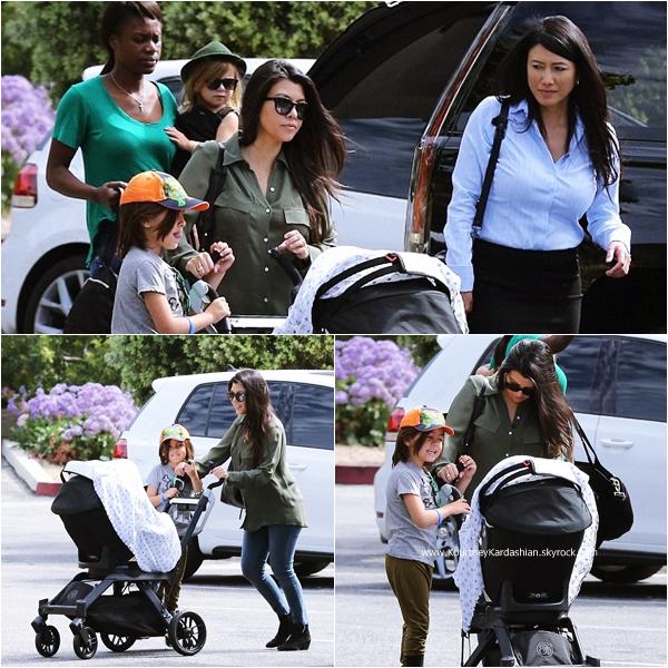 17/03/2015 : Kourtney et ses trois enfants de sortie à Calabasas.