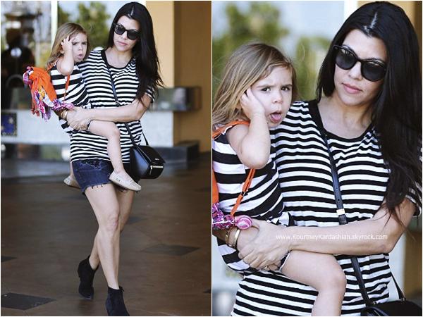 28/03/2015 : Kourtney, ses deux enfants, sa soeur Kim et sa nièce North quittant un théâtre à Calabasas.