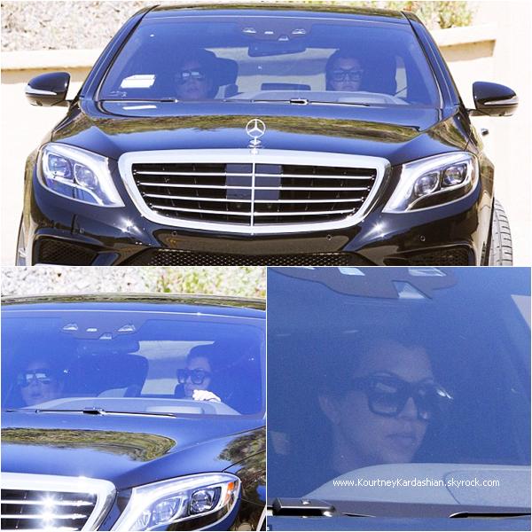 08/04/2015 : Kourtney et sa maman Kris rendant visite à Bruce Jenner à Malibu.