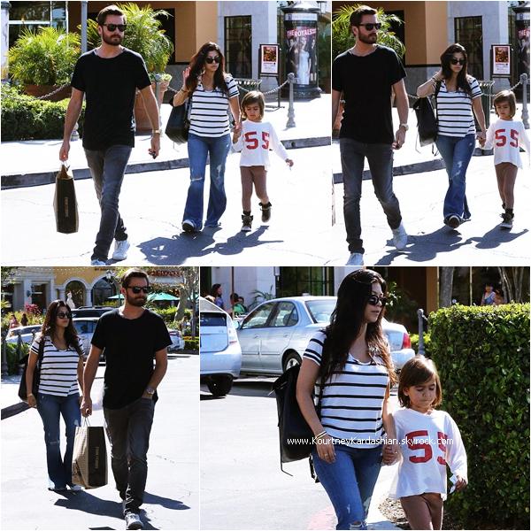 02/05/2015 : Kourtney, son fiancé Scott et leur fils Mason quittant Barnes & Noble à Calabasas.