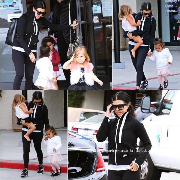 15/05/2015 : Kourtney allant chercher sa fille et sa nièce North à leur cours de danse classique à Calabasas.