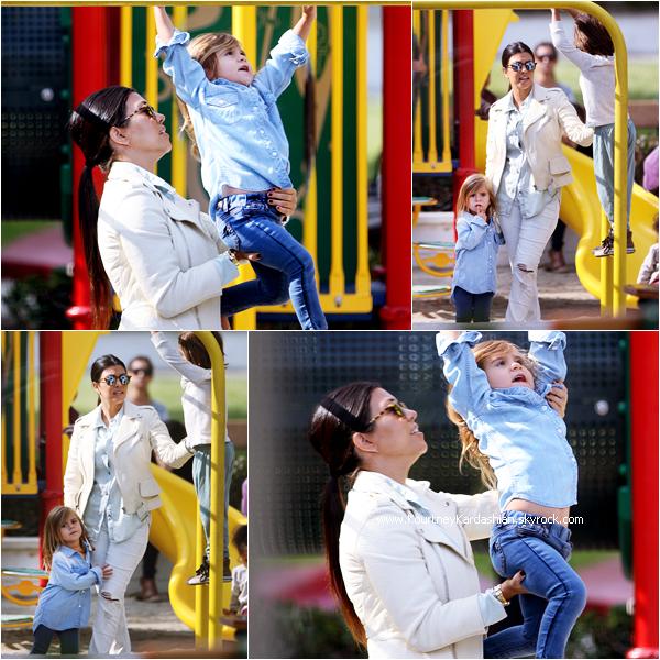 17/05/2015 : Kourtney s'amusant avec ses enfants dans un parc à Malibu.