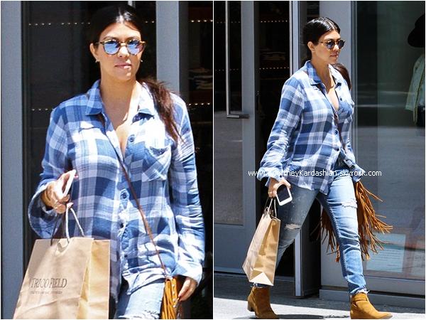 19/05/2015 : Kourtney quittant la boutique Trico Field à Beverly Hills.