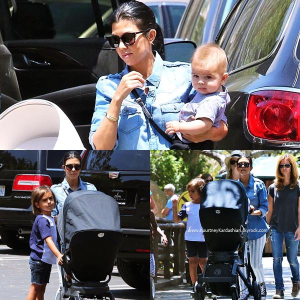 16/07/2015 : Kourtney se promenant avec ses deux garçons à Los Angeles.