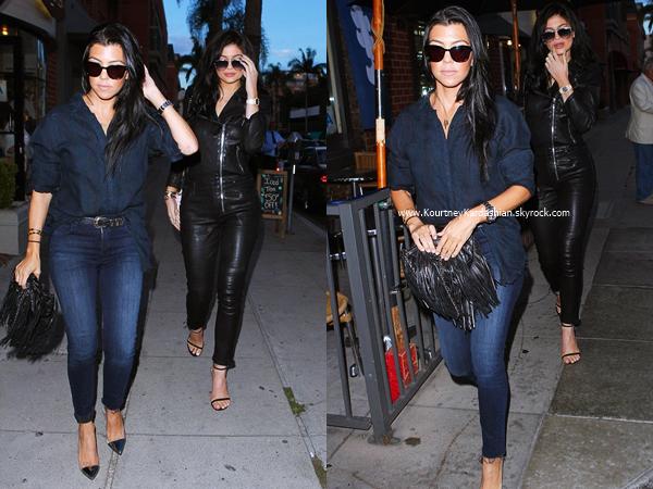 06/08/2015 : Kourtney et sa soeur Kylie quittant un restaurant à Beverly Hills.