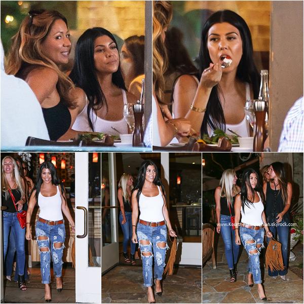 13/08/2015 : Kourtney dînant au restaurant Tosconova à Calabasas.