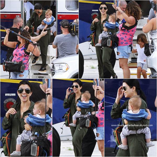 17/08/2015 : Kourtney et sa famille arrivant à St. Barth pour quelques vacances.