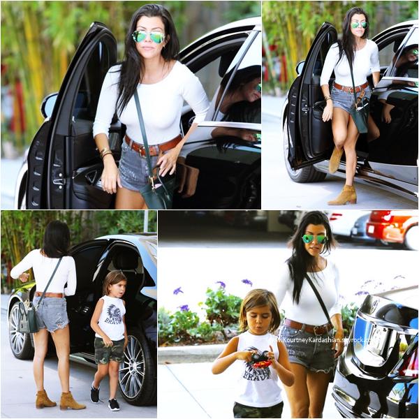 23/08/2015 : Kourtney et ses enfants se rendant dans un supermarché à Calabasas.