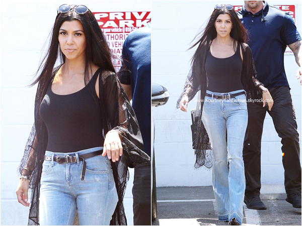 28/08/2015 : Kourtney et son fils Mason quittant le Color Me Mine à Los Angeles.