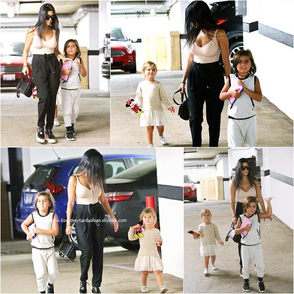 01/09/2015 : Kourtney et ses enfants se rendant à des bureaux à Los Angeles.