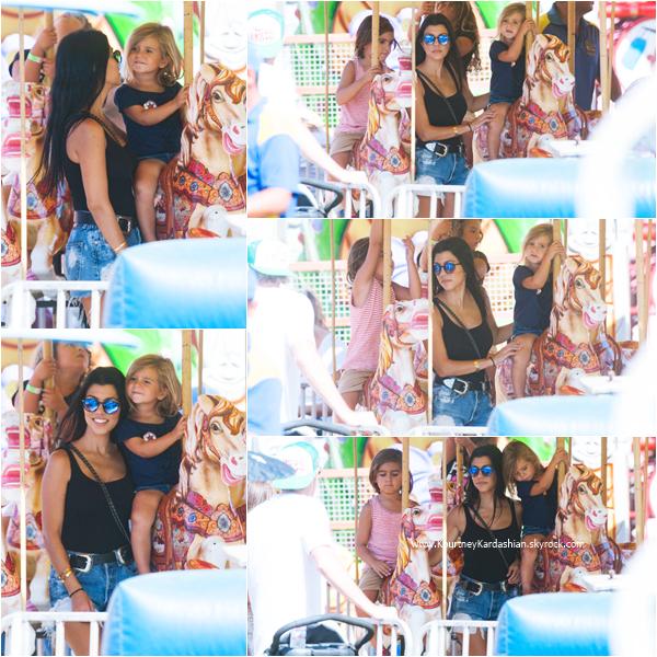 05/09/2015 : Kourtney, ses enfants et une amie se rendant au Farmers Market à Calabasas.