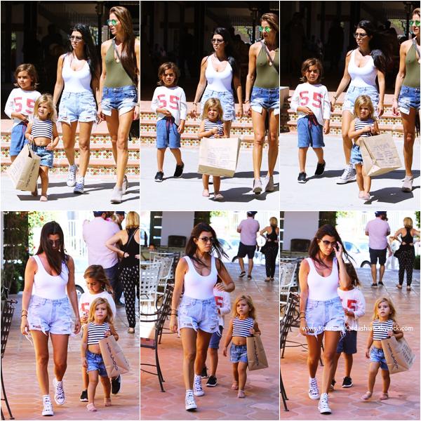 07/09/2015 : Kourtney, ses enfants et une amie faisant du shopping dans les rues de Malibu.