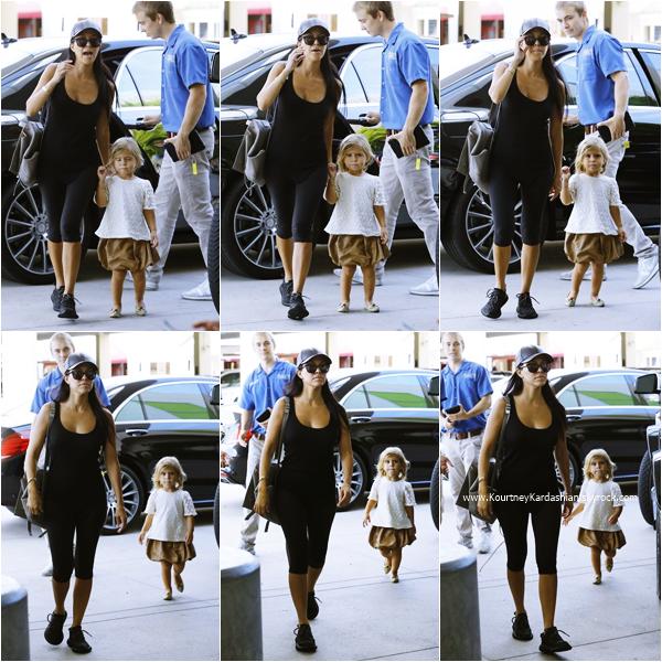 11/09/2015 : Kourtney et ses enfants se rendant au magasin Neiman Marcus à Woodland Hills.