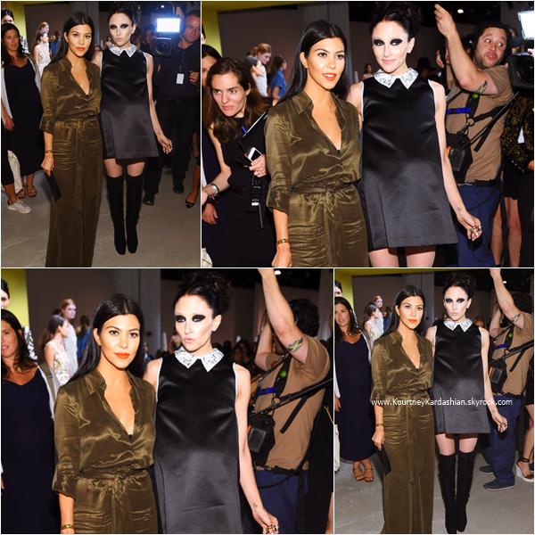 15/09/2015 : Kourtney assistant au défilé Alice + Olivia à New-York.