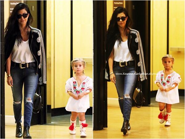 18/09/2015 : Kourtney et sa fille Penelope quittant des bureaux à Beverly Hills.