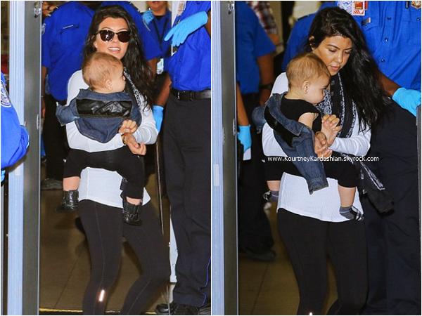 20/09/2015 : Kourtney et son fils Reign arrivant à l'aéroport LAX de Los Angeles.