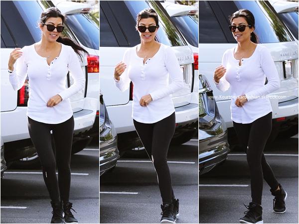 28/09/2015 : Kourtney se rendant chez Coffee Bean à Los Angeles.