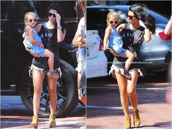 09/10/2015 : Kourtney, sa fille Penelope et des amies allant déjeuner au restaurant Taverna Tony à Malibu.