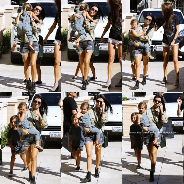 11/10/2015 : Kourtney arrivant/quittant avec ses enfants et une amie la boutique Barneys New York à Beverly Hills.