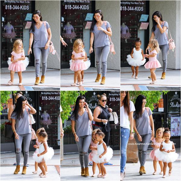 14/10/2015 : Kourtney emmenant sa fille Penelope et sa nièce North à leur cours de danse classique à Los Angeles.