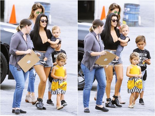 16/10/2015 : Kourtney et ses enfants se rendant à l'anniversaire du fils de Tyga au Racer's Edge à Burbank.