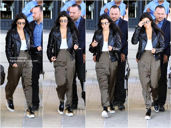 19/10/2015 : Kourtney allant faire du shopping avec son fils Reign chez Barneys New York à Beverly Hills.