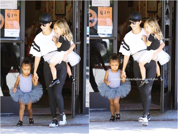 21/10/2015 : Kourtney emmenant sa fille Penelope et sa nièce North à leur cours de danse classique à Los Angeles.