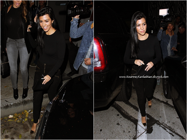 07/11/2015 : Kourtney et une amie quittant un restaurant à Los Angeles.