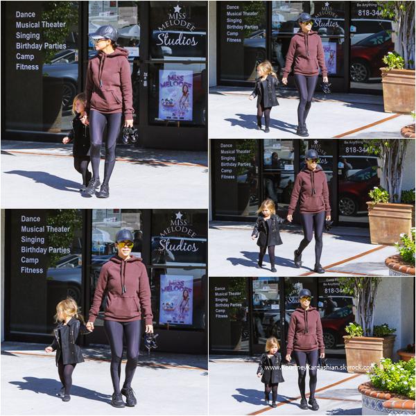 11/11/2015 : Kourtney et Kanye récupérant leurs filles à leur cours de danse à Los Angeles.