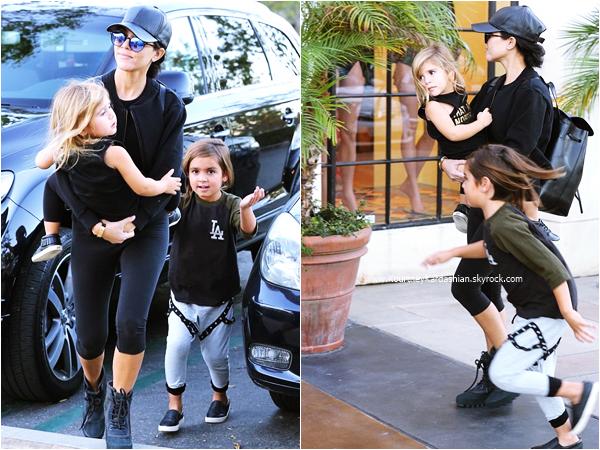 20/11/2015 : Kourtney et ses enfants se rendant au cinéma à Los Angeles.