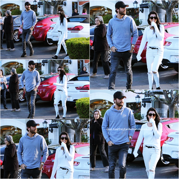 25/11/2015 : Kourtney et Scott quittant le Marmalade Cafe à Calabasas.