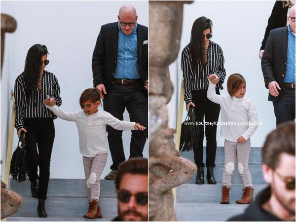 27/11/2015 : Kourtney, son fils Mason et Scott faisant du shopping chez RH Contemporary à Beverly Hills.