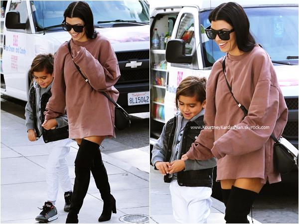 30/11/2015 : Kourtney et son fils Mason faisant du shopping à Beverly Hills.