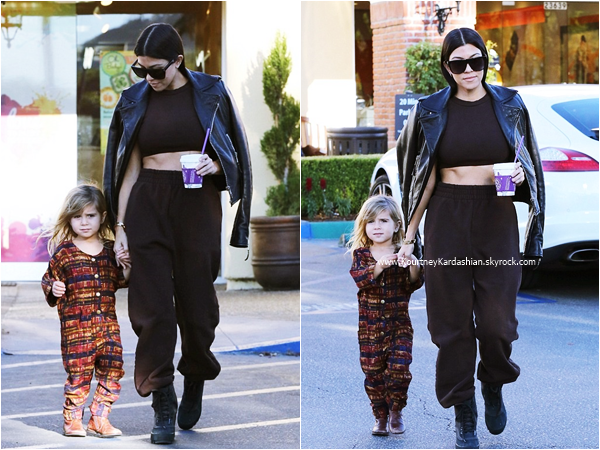 01/12/2015 : Kourtney et sa fille Penelope quittant Color Me Mine à Calabasas.