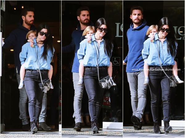 09/12/2015 : Kourtney, sa fille Penelope et Scott arrivant/quittant le restaurant Lovi's Delicatessen à Calabasas.