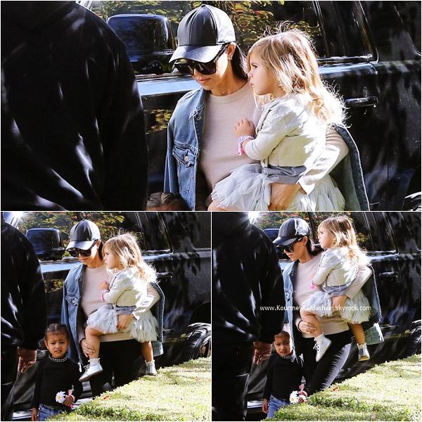 13/12/2015 : Kourtney, sa fille Penelope et sa nièce North arrivant à un anniversaire à Beverly Hills.