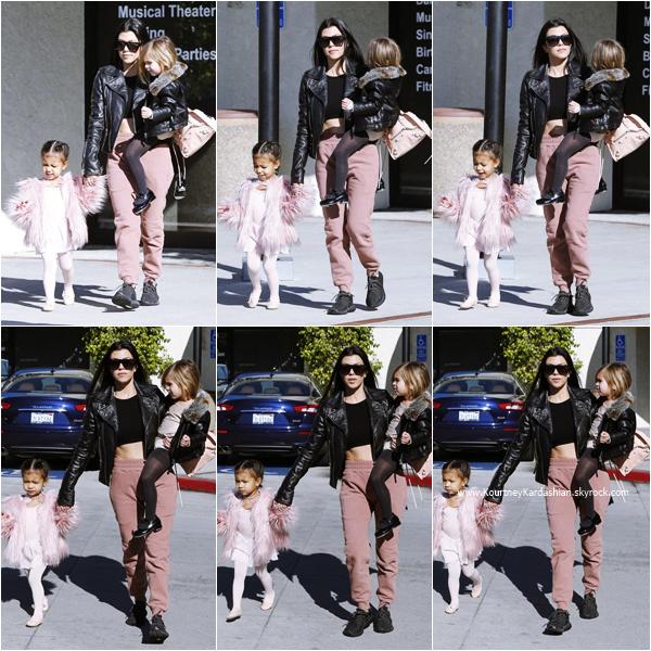 16/12/2015 : Kourtney, sa fille Penelope et sa nièce North arrivant/quittant leur cours de danse à Calabasas.