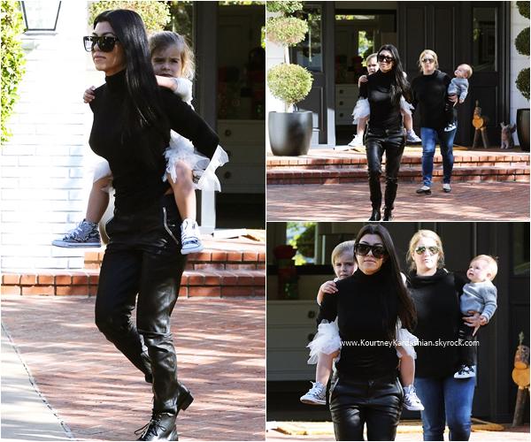 17/12/2015 : Kourtney, sa fille Penelope et son fils Reign arrivant/quittant un cours de musique à Beverly Hills.