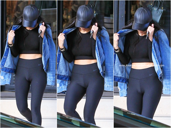 21/12/2015 : Kourtney quittant la boutique Barneys New York à Beverly Hills.