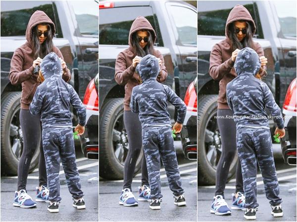 22/12/2015 : Kourtney et son fils Mason arrivant/quittant un cabinet médical à Calabasas.