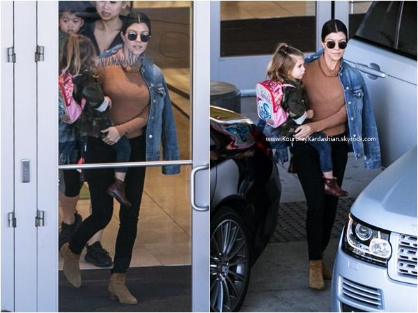 29/12/2015 : Kourtney et sa fille Penelope de sortie à Woodland Hills.