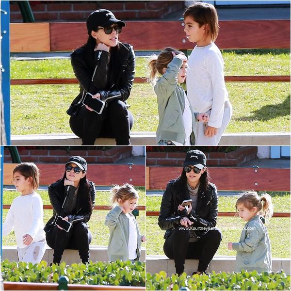 04/01/2016 : Kourtney emmenant ses enfants s'amuser dans un parc à Pacific Palisades.
