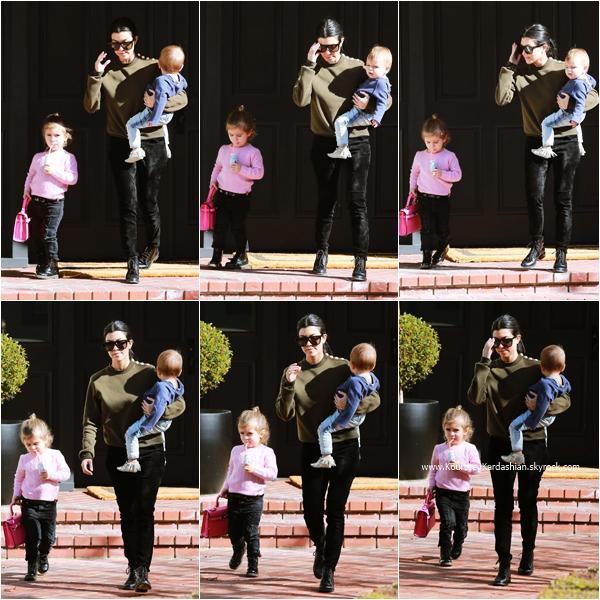 21/01/2016 : Kourtney et ses enfants arrivant/quittant un cours de musique à Beverly Hills.