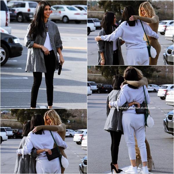 22/01/2016 : Kourtney, Khloé et Kylie allant déjeuner au restaurant Health Nut à Woodland Hills.