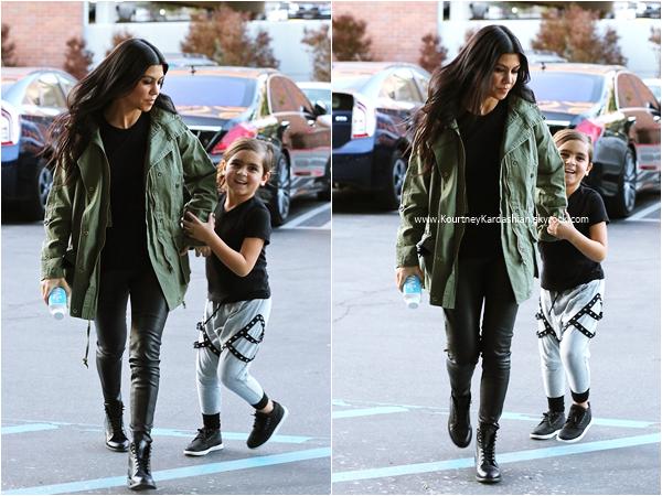 26/01/2016 : Kourtney et son fils Mason se rendant chez le médecin à Woodland Hills.