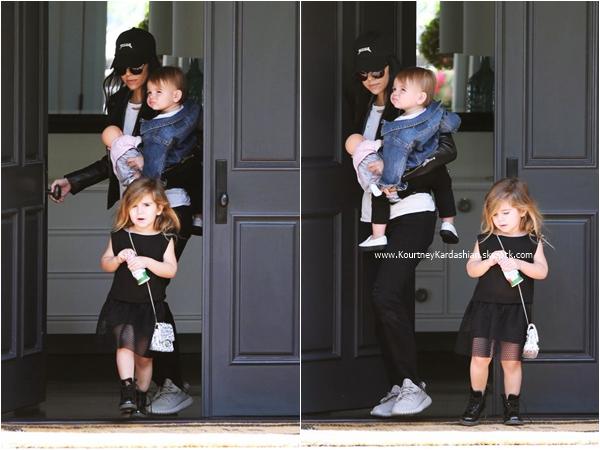 18/02/2016 : Kourtney et ses enfants arrivant/quittant un cours de musique à Beverly Hills.