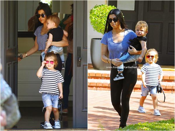 25/02/2016 : Kourtney et ses enfants arrivant/quittant un cours de musique à Beverly Hills.